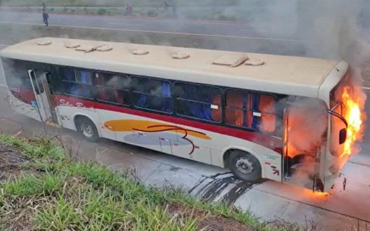 SP: Ônibus da Viação São Bento pega fogo na Rodovia Abrão Assed – SP-333