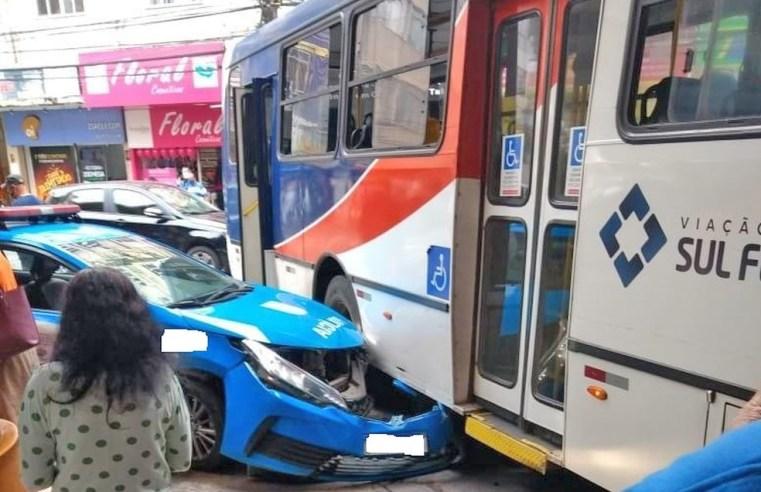 RJ: Ônibus de Viação Sul Fluminense colide com viatura da PM na rodoviária de Barra Mansa