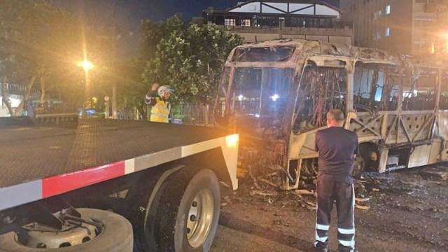 Rio: Ônibus da Transportes Barra pega fogo na Barra da Tijuca devido possível pane elétrica - revistadoonibus