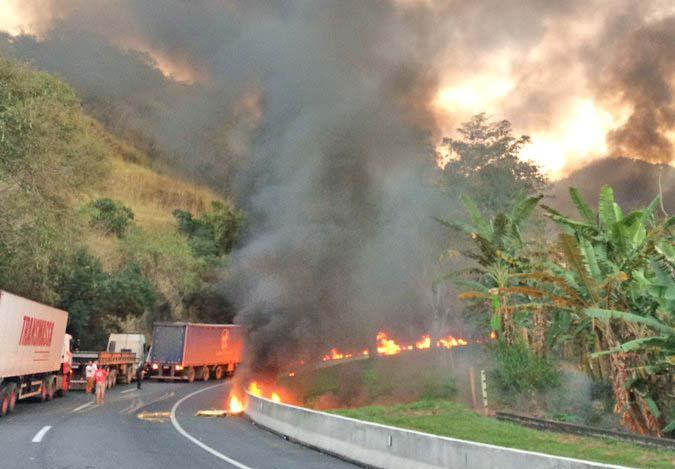 Vídeo: Acidente com caminhão fecha a Serra das Araras no sentido SP em Paracambi