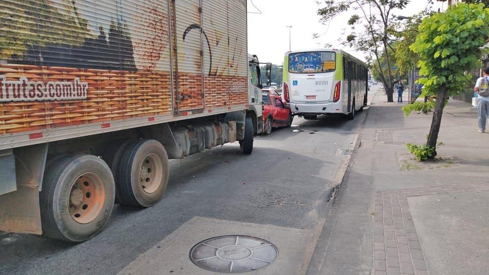 Rio: Acidente entre caminhão, carro e ônibus na Avenida Brasil deixa tráfego lento