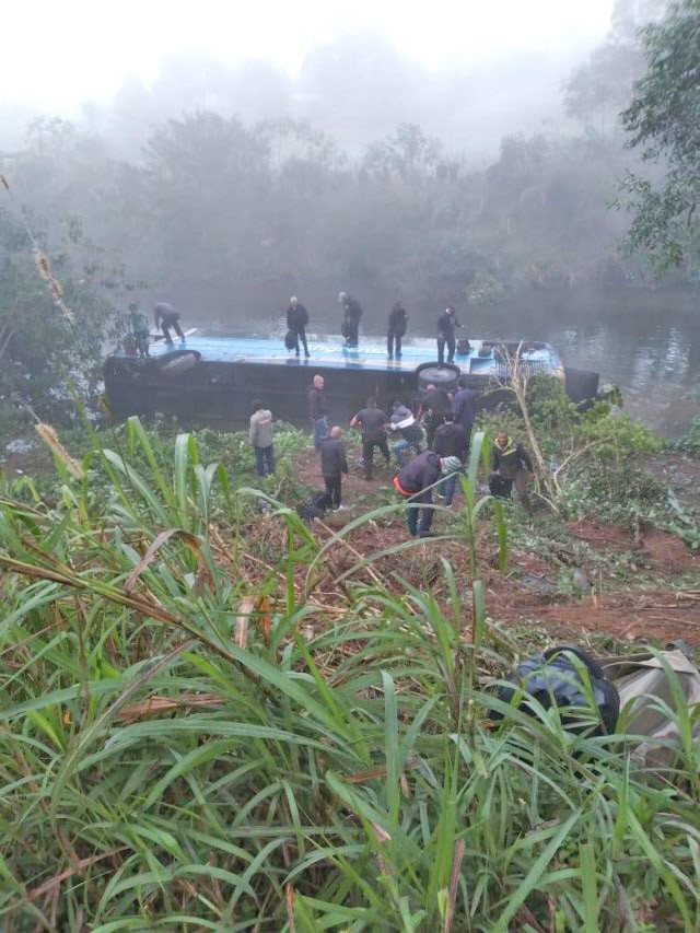 RJ: Ônibus da Expresso Angrense tomba na RJ-155 em Rio Claro deixando 25 feridos - revistadoonibus