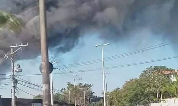 Vídeo: Depósito de ônibus pega fogo na Zona Oeste do Rio de Janeiro