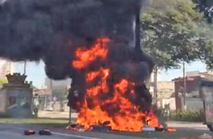 Vídeo: Incêndio no monumento Borba Gato altera as linhas de ônibus em São Paulo