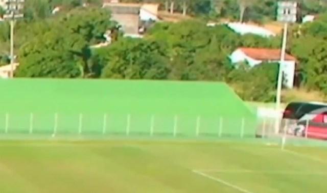 RJ: Ônibus fretado pelo Inter de Limeira bate e derruba poste de estádio do Boavista - revistadoonibus