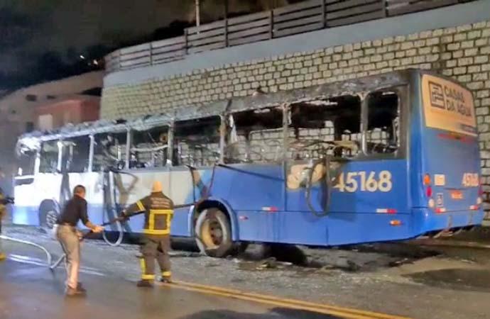 Vídeo: Ônibus da Insular Transportes é destruído pelo fogo em Florianópolis