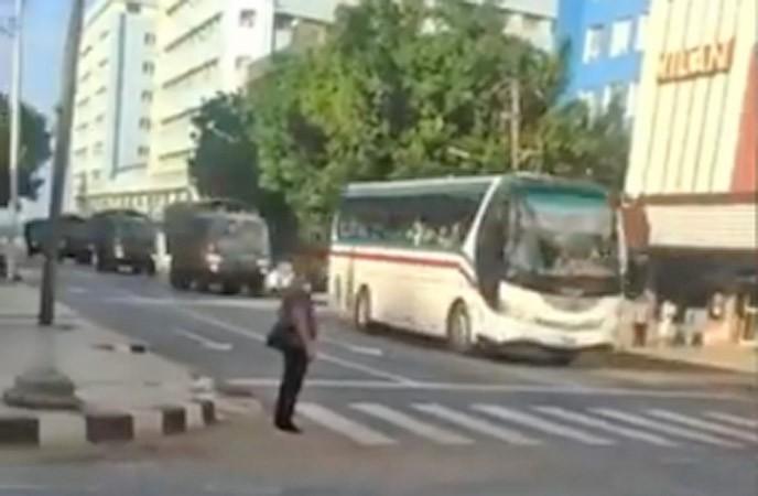 Vídeo: Governo de Cuba prende manifestantes e usa ônibus para transporta-los até presídio