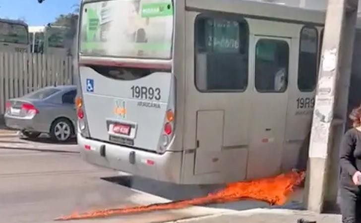Vídeo: Incêndio em ônibus ligeirinho da linha Araucária x Capão Raso chama a atenção