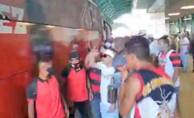 Vídeo: Torcedores do Vitória cercam jogadores ao desembarcar de ônibus no Aeroporto de Salvador - revistadoonibus