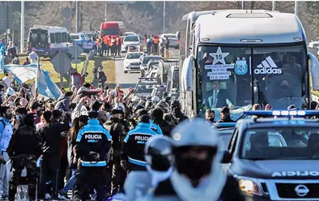 Buenos Aires: Ônibus da seleção argentina é recebido com festa e forte esquema de segurança - revistadoonibus