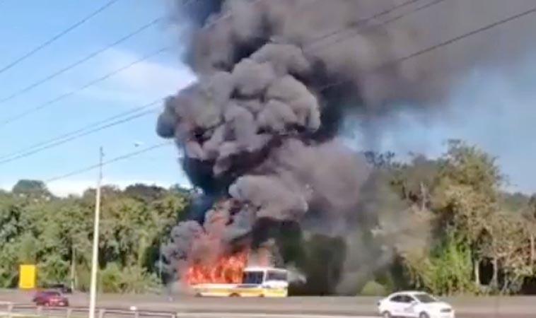 Vídeo: Ônibus pega fogo na BR-101 em Joinville nesta manhã