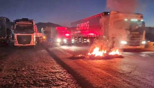 ES: Manifestação de caminhoneiros fecha trecho da BR-101 - revistadoonibus