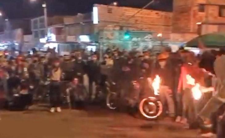 Vídeo: Manifestação em Bogotá afeta o sistema de transporte Transmilenio