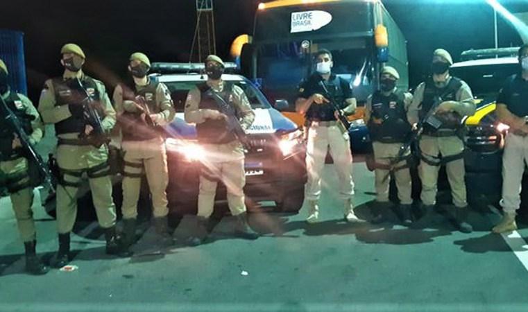 BA: PRF prende passageiro de ônibus com três mandados de prisão na BR-116 em Jequié