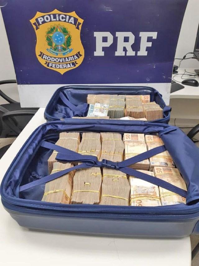 RJ: PRF apreende quase meio milhão de reais em espécie com passageira de ônibus na Via Dutra - revistadoonibus