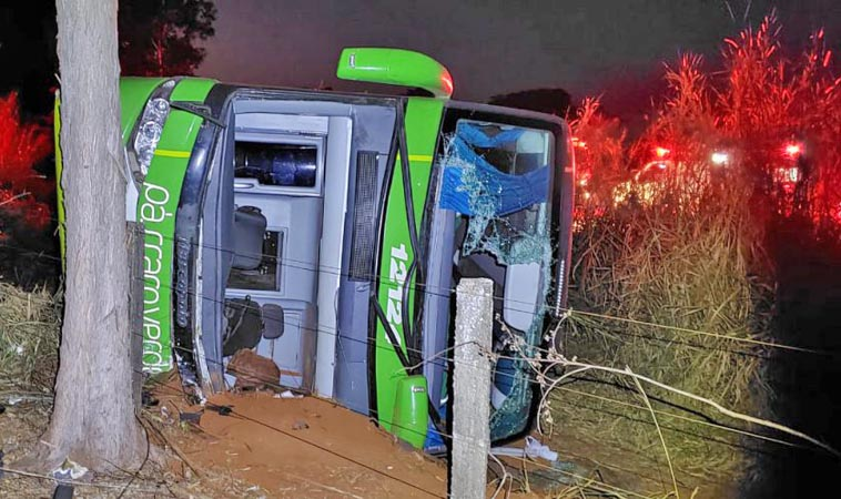 MG: Acidente entre carro e ônibus da Pássaro Verde deixa um morto na MG-344 na cidade de Cássia