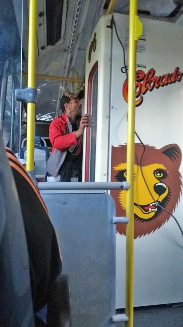 MG: Passageiro de ônibus do Move BRT é flagrado transportando geladeira - revistadoonibus