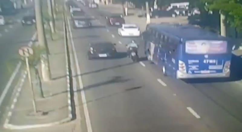 SP: Motorista de ônibus da EMTU acabou preso após atropelar motociclista em Mogi das Cruzes – Vídeo