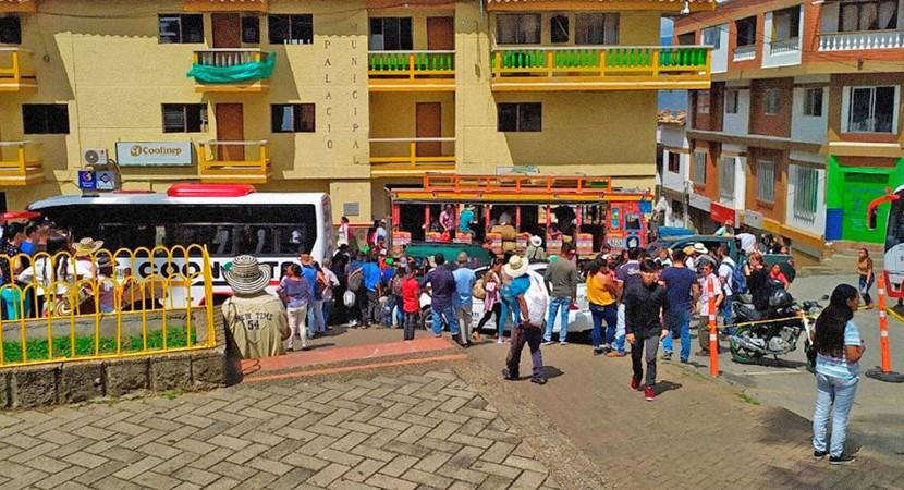 Colômbia: Ônibus lotados são usados por milhares em deslocamento humanitário em Ituango