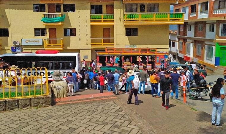 Colômbia: Ônibus lotados são usados por milhares em deslocamento humanitário em Ituango - revistadoonibus
