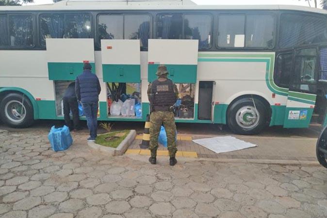 PR: BPFron e Receita Federal apreendem ônibus na BR-277 em Foz do Iguaçu