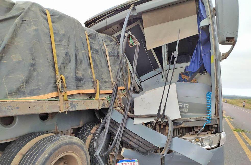 MA: Acidente entre ônibus e caminhão deixa um morto na BR-222