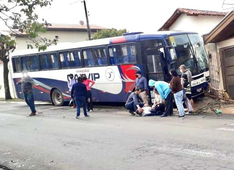 SP: Motorista da Viação Calvip passa mal e ônibus bate em muro de casa em Laranjal Paulista