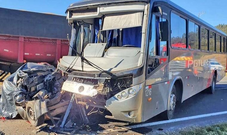 PR: Ônibus da PGTur prensa carro contra carreta deixando dois mortos na PR-151 em Castro