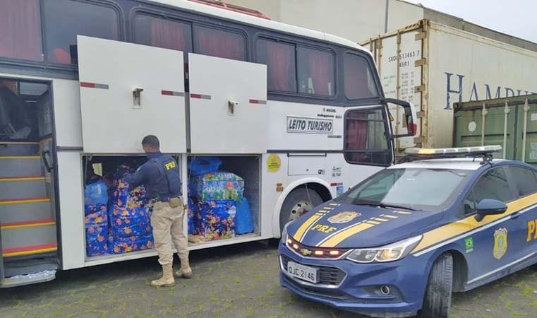 SC: Ônibus é flagrado com bagageiro lotado de produtos irregular em Balneário Piçarras