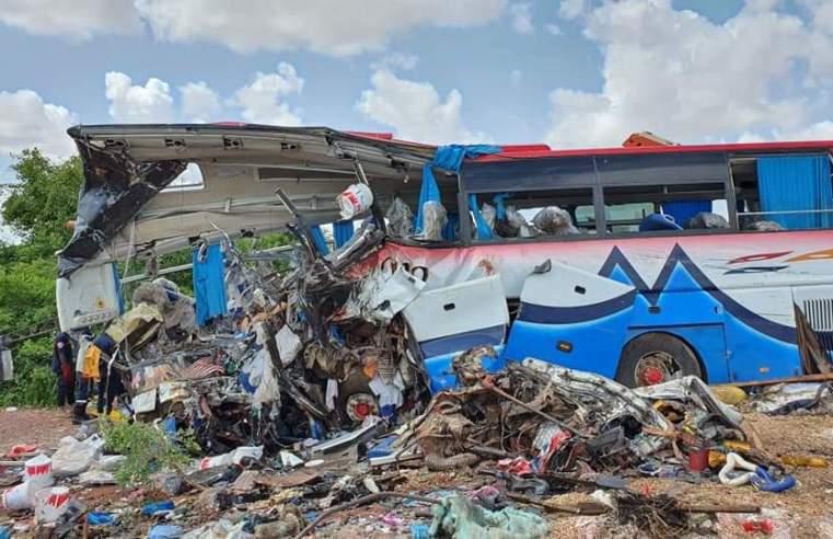 Acidente entre caminhão e ônibus deixa 37 mortos no Mali - revistadoonibus
