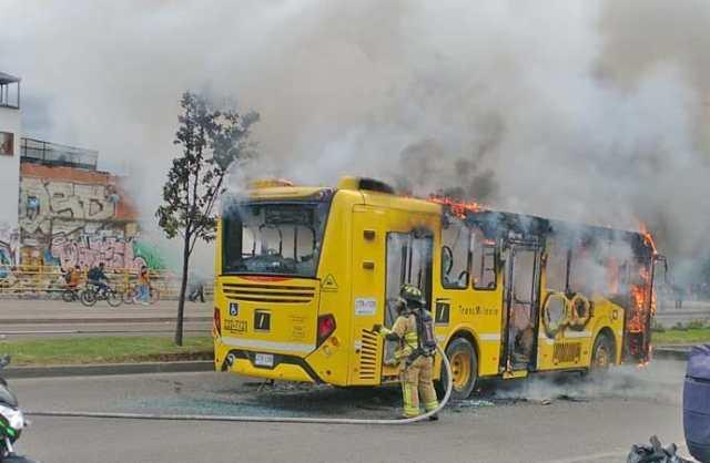 Bogotá: Ônibus é incendiado na região de Juan Amarillo - revistadoonibus