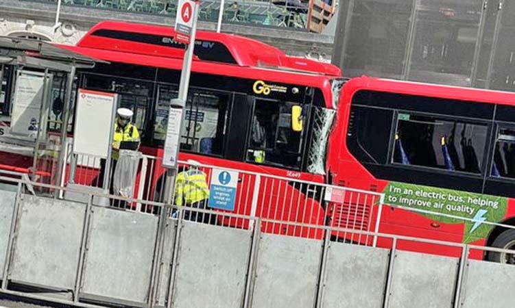 Vídeo: Acidente entre dois ônibus deixa um morto e dois feridos em Londres