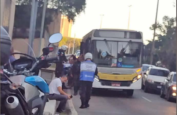 Rio: Marginais são presos assaltando passageiros de ônibus na Zona Sul
