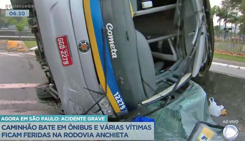 SP: Ônibus da Viação Cometa tomba na Rodovia Anchieta em São Bernardo do Campo