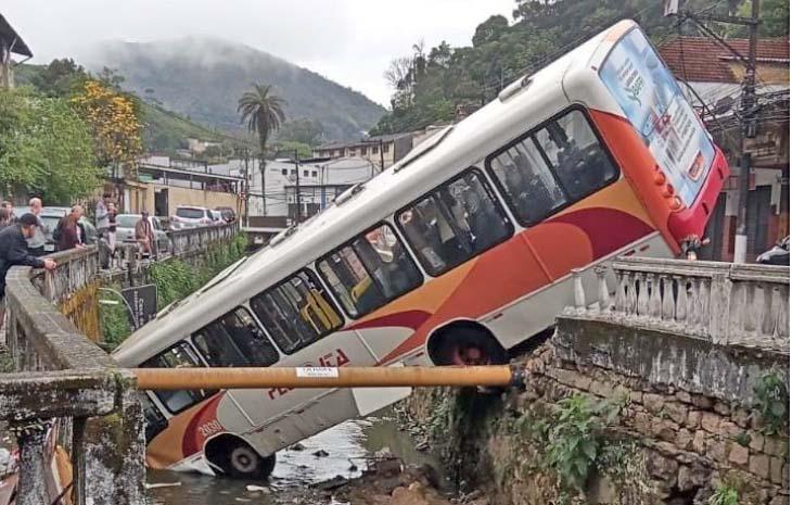 RJ: Acidente com ônibus da Viação Petro Ita deixa 3 feridos em Petrópolis