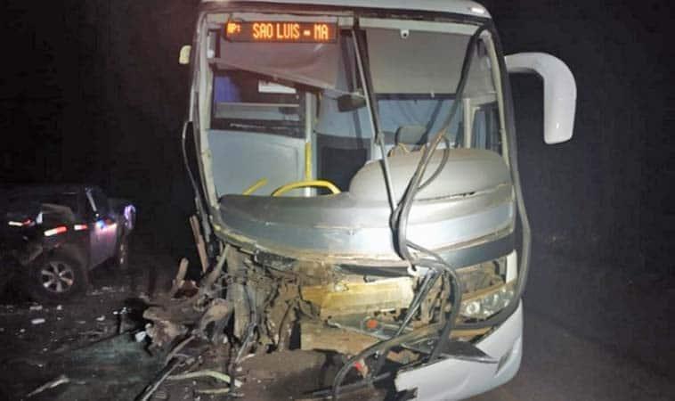MA: Acidente entre ônibus e caminhonete deixa um morto na BR-010 entre Imperatriz e Açailândia