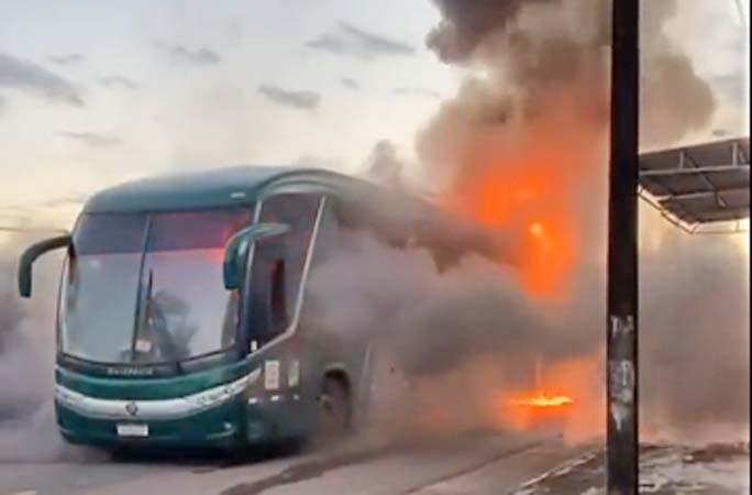 Vídeo: Ônibus pega fogo no bairro Pricumã em Boa Vista
