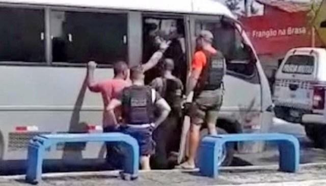 Vídeo: Homem ameaça passageiros de micro-ônibus em Santa Rita/MA - revistadoonibus