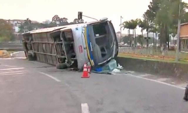 SP: Ônibus da Viação Cometa tomba na Rodovia Anchieta em São Bernardo do Campo - revistadoonibus