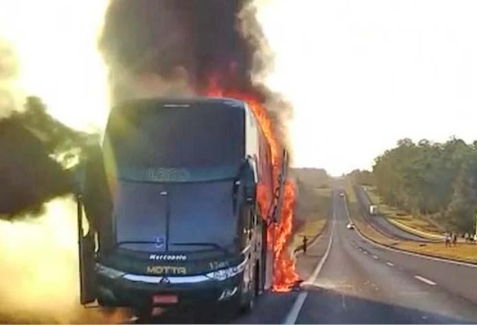 SP: Ônibus da Viação Motta pega fogo na Rodovia Raposo Tavares