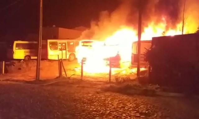 Vídeo: Incêndio destrói sete ônibus escolares em garagem de Ipiranga/PR - revistadoonibus