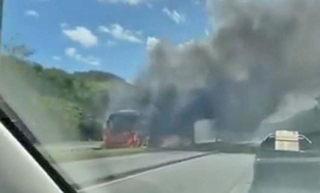 Vídeo: Ônibus do BRT Rio pega fogo no Corredor Transoeste - revistadoonibus