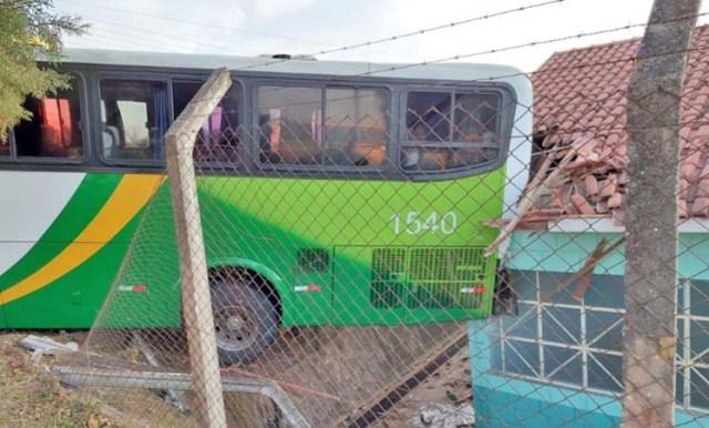 MG: Ônibus perde controle e invade Creche em Poços de Caldas - revistadoonibus