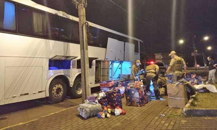 SC: Polícia Militar apreende 250 maços de cigarros e R$ 13 mil em eletrônicos em ônibus na SC-480