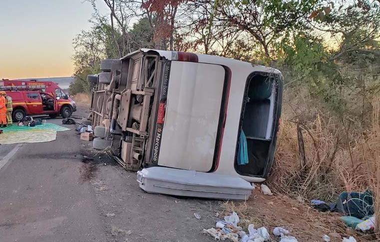 MG: Ônibus rodoviário tomba na BR-135 causando duas mortes em Joaquim Felício