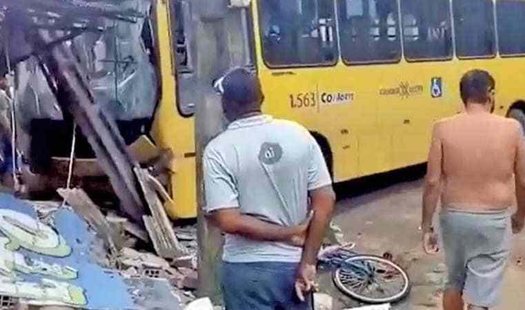 Vídeo: Acidente com ônibus em Abreu e Lima deixa cinco feridos