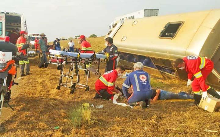 GO: Micro-ônibus tomba e deixa 18 pessoas feridas na BR-153, em Aparecida de Goiânia