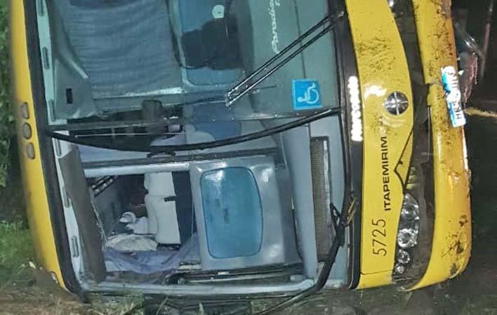 ES: Ônibus da Viação Itapemirim tomba na BR-101, em João Neiva deixando 7 feridos