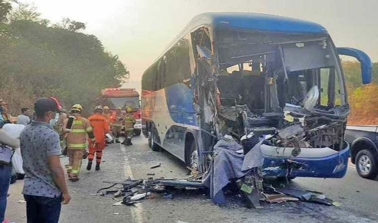 GO: Ônibus da Rápido Federal com 47 passageiros bate na traseira de carreta na BR-060, em Alexânia