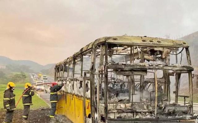 MG: Ônibus rodoviário pega fogo na BR-040 em Juiz de Fora - revistadoonibus